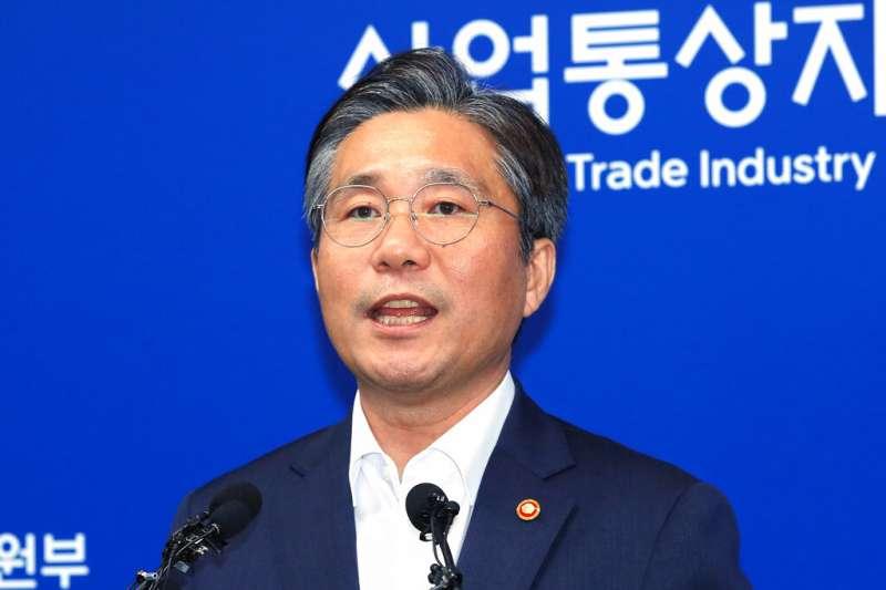 南韓產業通商資源部部長成允模12日宣布,日本將不再名列戰略物資出口的「安全白名單」。(美聯社)
