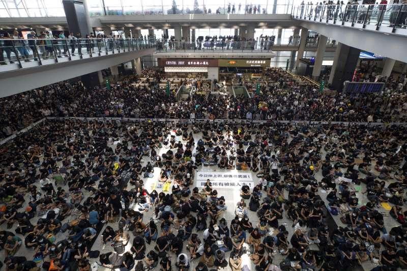 香港政府於8月12日關閉了被異議者占滿的機場。(AP)