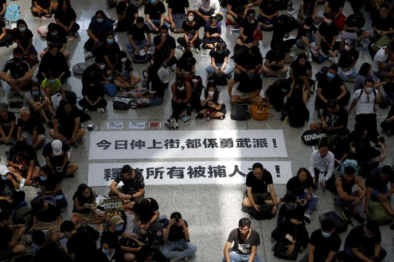 作者指出,常住香港的750萬居民中,近500萬人擁有他國國籍及護照,中共若派解放軍或武警武力鎮壓,定會引起全世界的干涉,引來「八國聯軍」的軍艦,軍機護僑、撤僑。(資料照,AP)