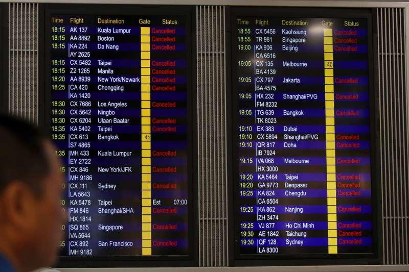 香港機管處12日下午4時左右,突然宣布今日所餘班機全部停飛。(美聯社)