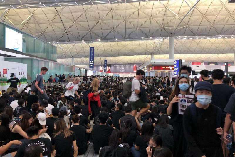 香港網友號召百萬人癱瘓機場,機管處12日下午宣布取消當日所剩全部班機。(讀者提供)