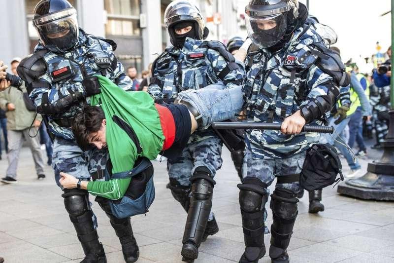 俄羅斯民眾不滿政府黑手介入選舉而上街抗議。(美聯社)
