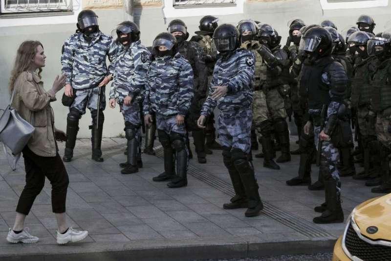 2019年8月10日,萬名抗議者走上街頭,要求政府讓反對黨候選人參加9月莫斯科市議會選舉。(美聯社)
