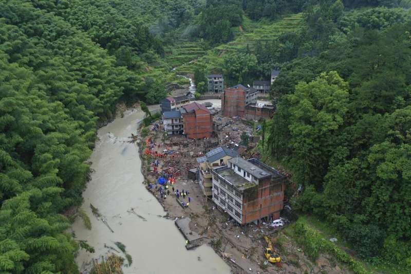 作者提醒,台灣夏季多颱風,政府必須致力於降低坡地災害帶來人民生命財產損失。圖為土石流示意圖。(資料照,美聯社)