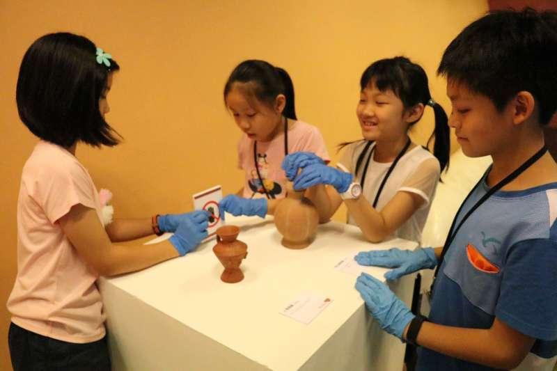 十三行博物館展出最年輕的史前特展「時光旅行-當過去遇見未來」由平均年齡僅10歲組策展團隊,即日起至8月14日於二樓長廊展出。  (圖/新北市十三行博物館提供)
