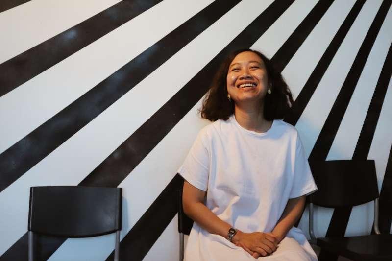 受「亞當計劃」邀約來台的印尼當代藝術家諾維斯塔(右)。(台北表演藝術中心提供)