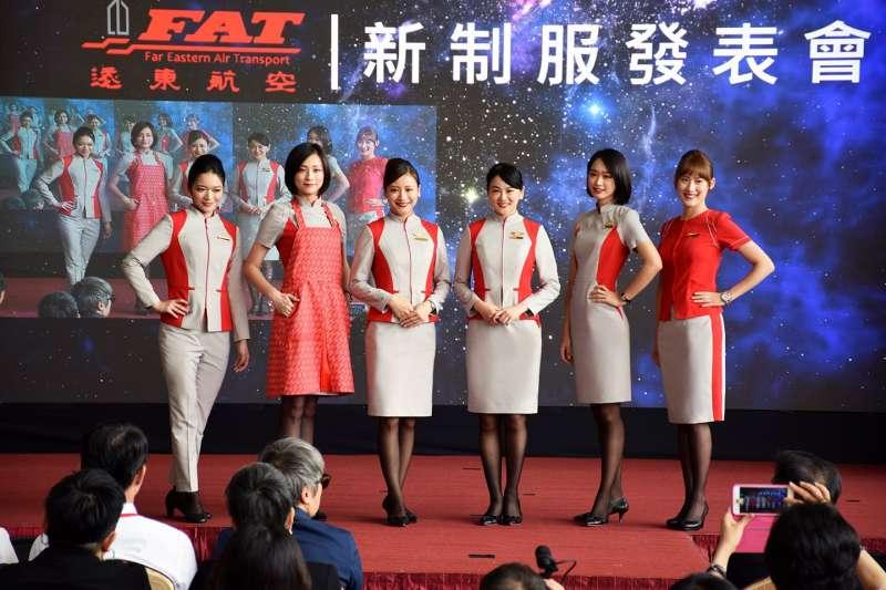 睽違8年,遠東航空12日發表第二代空地勤新制服,與高級訂製服設計師方國強合作,選擇代表時尚科技感的灰色與遠航的紅色,打造「太空科技」設計。(遠東航空提供)