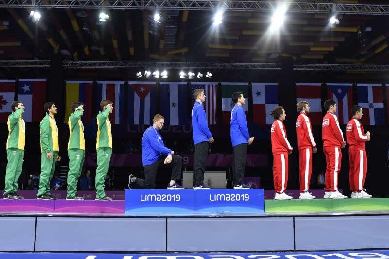 美國隊鈍劍金牌得主殷波登為了抗議美國社會不公,在頒獎台上下跪,將遭到懲處。 (美聯社)