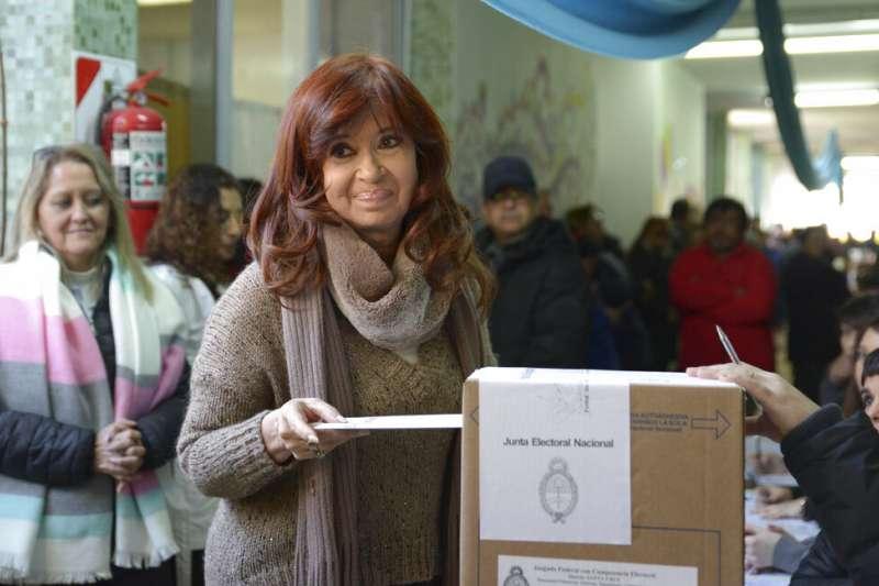 阿根廷11日舉行總統初選,前總統費南德斯也投下自己的神聖一票。(美聯社)