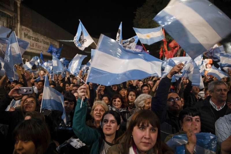 阿根廷在野陣營「勝利連線」的支持者11日晚間在總部外搖旗吶喊,為自己的總統候選人加油。(美聯社)