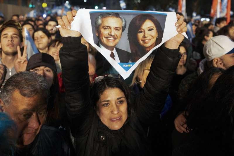 阿根廷在野陣營「勝利連線」的支持者,11日晚間在總部外總統候選人加油。(美聯社)