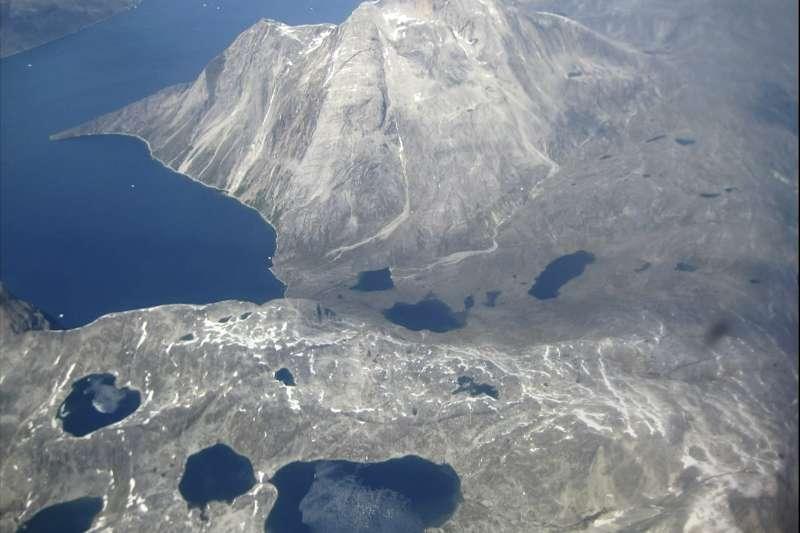 愈來愈薄的冰層讓行走在上變得危險,全球暖化迫使島民改變傳統生活型態。(AP)