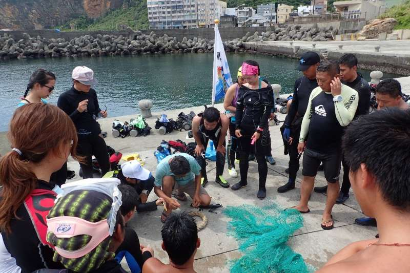 新北市政府「海洋防衛隊」訂於24、25日辦理教育訓練,招募具有潛水經驗的熱血民眾一同參與,為海洋環境及生物盡一分心力。 (圖/新北市農業局提供)