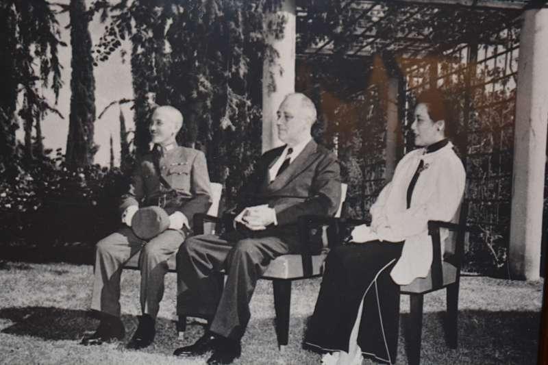 蔣中正夫婦與羅斯福在開羅會議中合影,從中可以證實中國在美國總統心目中有多重要的地位。(拍攝自國史館開羅宣言70週年紀念特展)