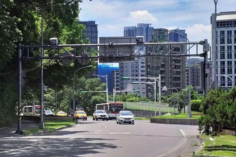 台北市自強隧道9月起  正式實施區間測速及跨越雙白線執法 。(台北市警察局提供)