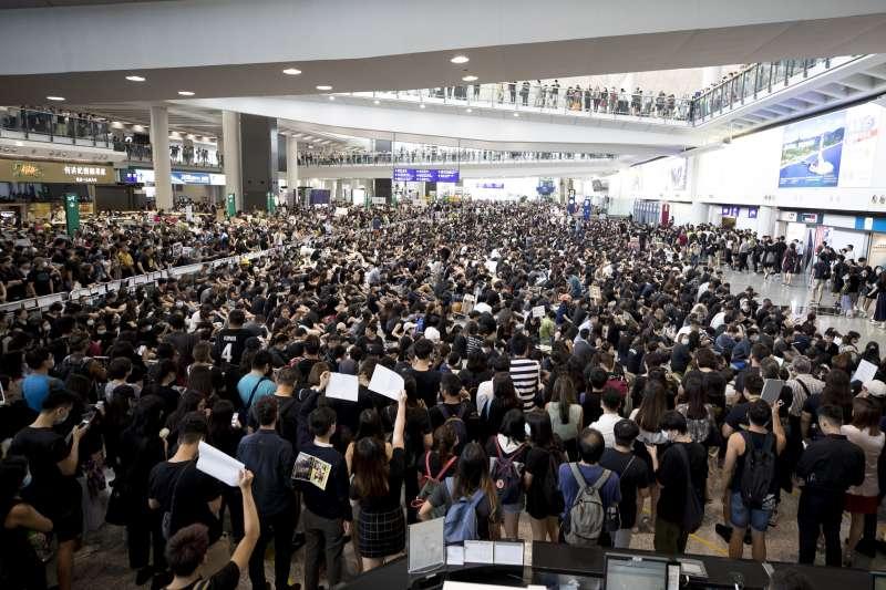 反送中抗議延燒,香港機場在8月12日湧入逾萬名憤怒的民眾,機場緊急關閉所有航線。(AP)