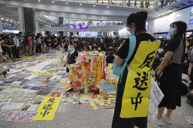 作者認為,正因為中共對西方世界特別是美國的忌憚,所以,香港抗爭者現在應該將國際性遊說、獲取國際主流社會的關注、遏制中共即將在香港實施鎮壓當成重中之重。圖為香港民眾8月10日在機場示威。(資料照,AP)