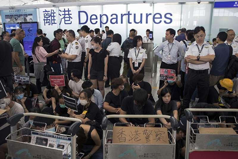 2019年8月13日,「反送中」示威者讓香港機場癱瘓。(美聯社)
