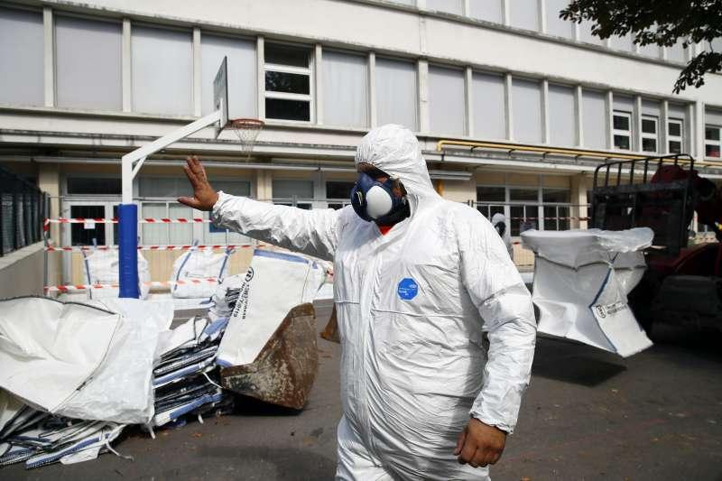 巴黎聖母院4月發生大火,300噸含鉛物質遭燒毀,巴黎市政府開始清除作業。(AP)