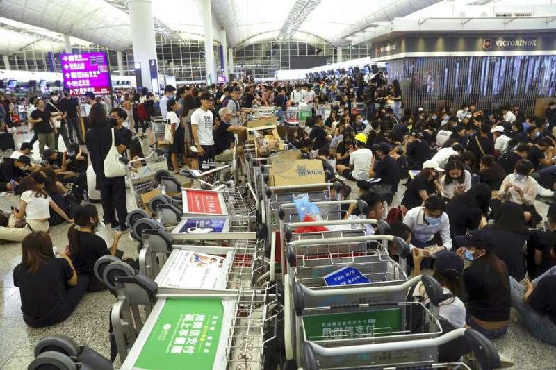 反送中行動越演越烈,抗議「反送中」與「爆眼少女」的群眾連續二天現身香港國際機場,癱瘓離境大廳與機場運作。(資料照,美聯社)