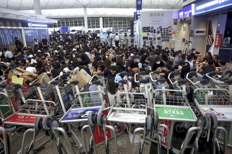 抗議「反送中」與「爆眼少女」的群眾連續二天現身香港國際機場,癱瘓離境大廳與機場運作。(資料照,美聯社)