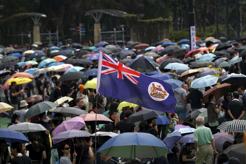 香港反送中示威者高舉港英旗幟(AP)