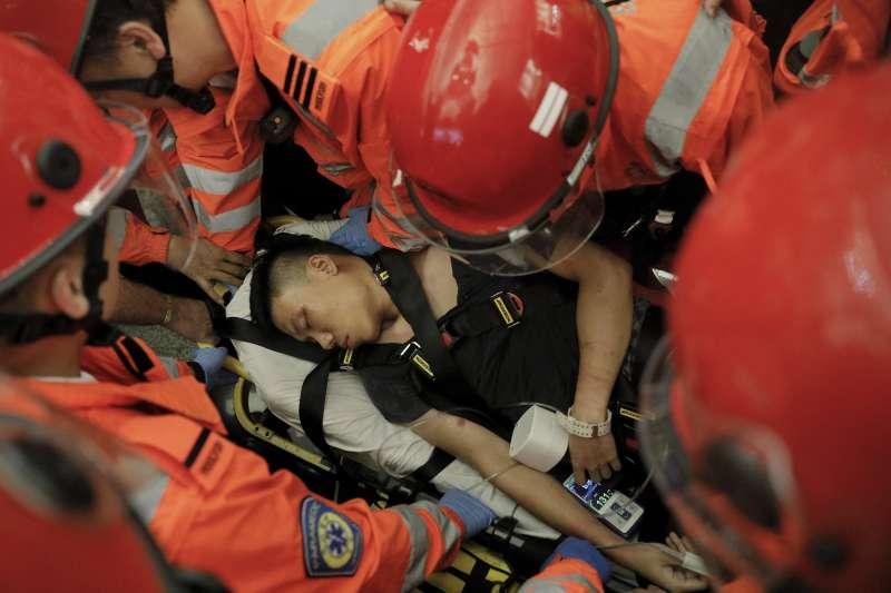 2019年8月13日,反送中示威者佔據香港機場,一名中國內地旅客遭到示威者拘禁毆打(AP)