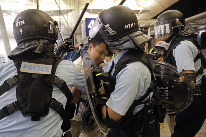 2019年8月13日,反送中示威者佔據香港機場,與警方爆發衝突(AP)