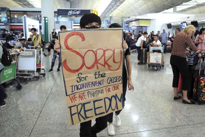 香港反送中示威者針對13日發生的機場衝突致歉(AP)