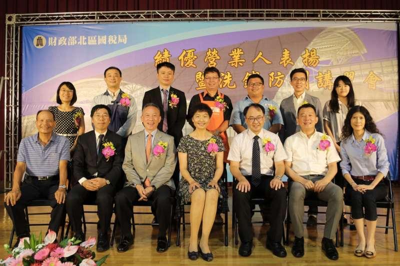 北區國稅局14日表揚新竹地區13家年度績優營業人。(圖/國稅局竹北分局提供)