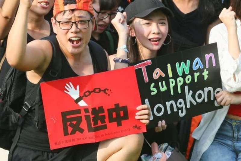 台灣團體8月11日在台北號召民眾以人體排字聲援香港。(BBC中文網)