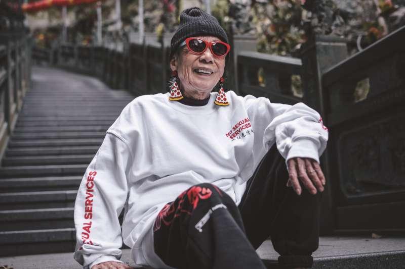 一分鐘 早洩 , 走過婚變、倒店、被追債,91歲網紅潮嬤「月月」一無所懼:跳街舞可以,穿殭屍裝也行!