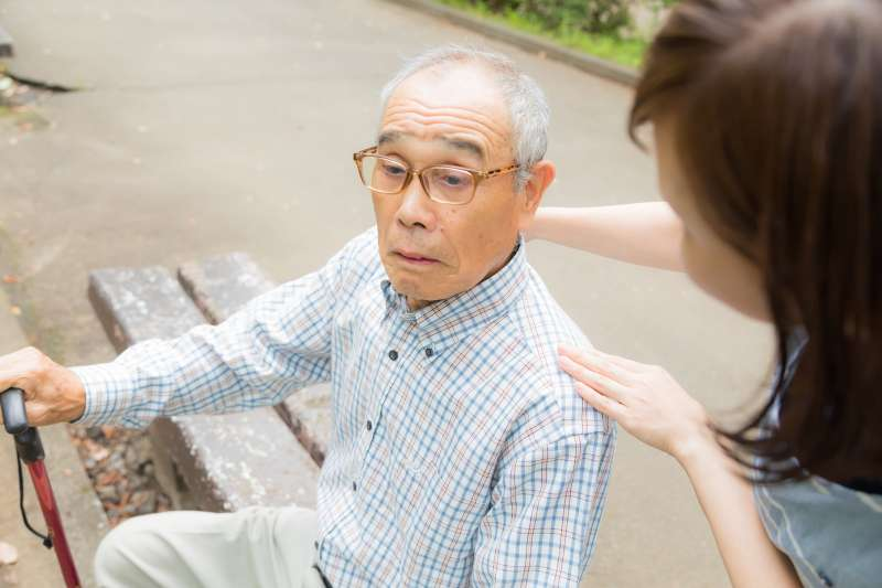 失智症是因為記憶力和其他思考能力嚴重退化後,導致一個人的思考、判斷力、溝通能力、注意力等等,漸漸失序,進而影響正常生活作息的一種症狀。(示意圖非本人/pakutaso)