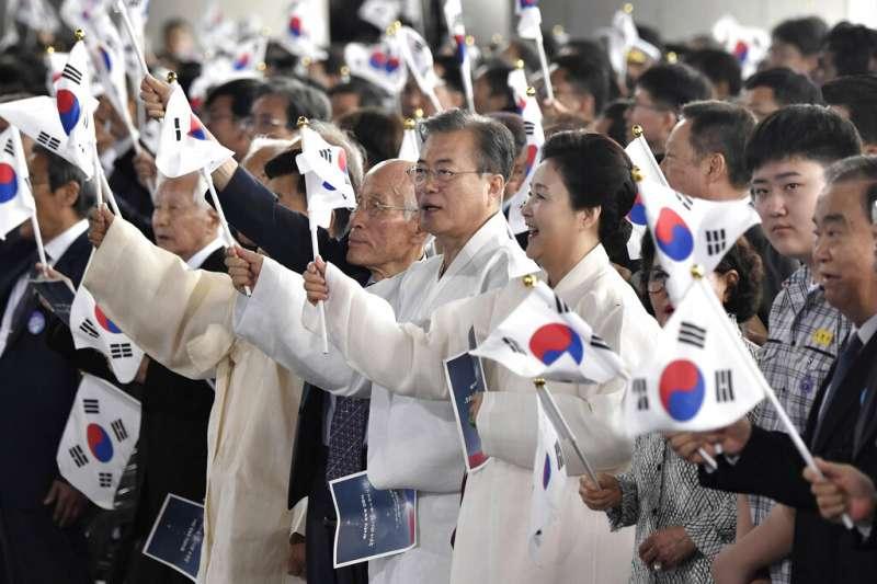 南韓總統文在寅夫婦15日參加光復74周年活動。(美聯社)
