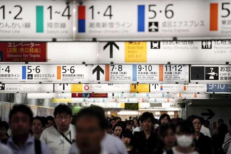 東京電車路線複雜、極為繁忙,外界憂心能否應付2020東京奧運的龐大人潮。(AP)