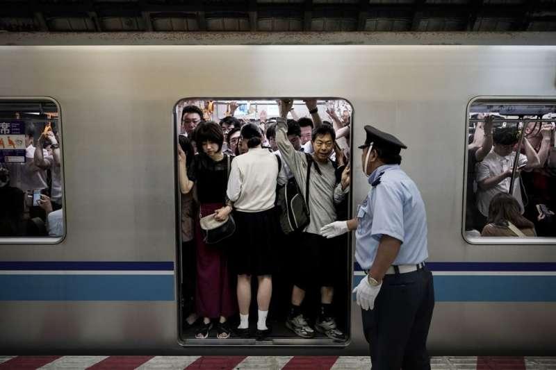 東京電車的擁塞舉世聞名,外界憂心能否應付2020東京奧運的龐大人潮。(AP)