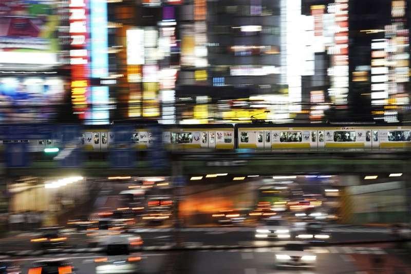 東京電車路線複雜、運輸量極大,外界憂心能否應付2020東京奧運的龐大人潮。(AP)