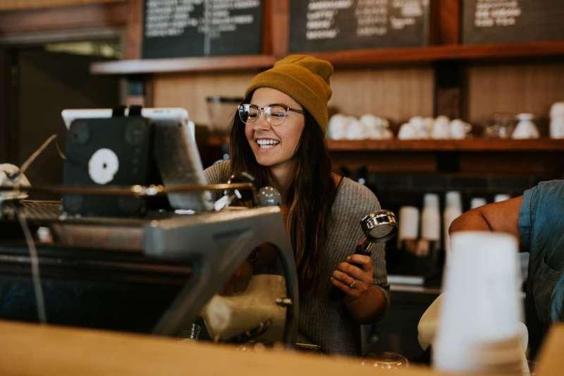 菲爾走訪了超過一千家咖啡館,累積了厚厚一本研究心得,才終於決定開設自己的第一家咖啡店(示意圖/Unsplash)