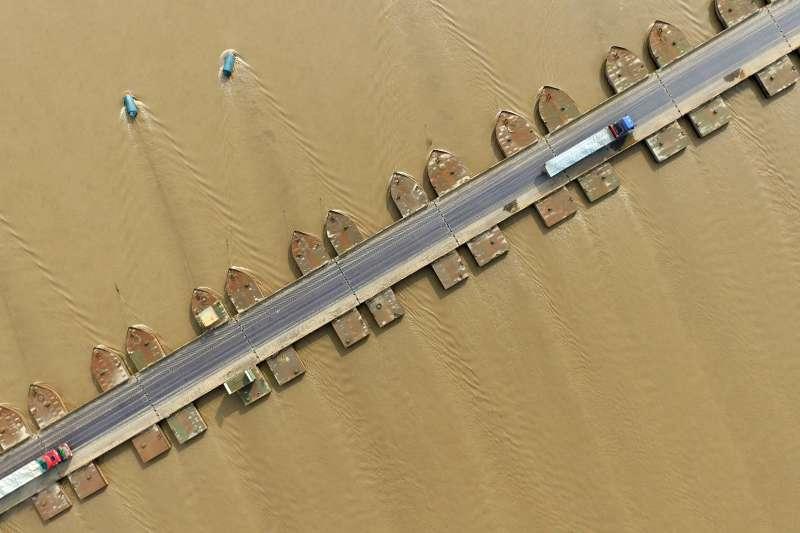 車輛在位於黃河兩岸的河南省台前縣吳壩鎮和山東省東平縣銀山鎮之間的浮橋上行駛(新華社)