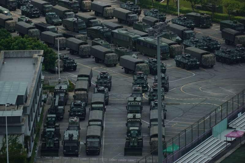 2019年8月中旬,中國武警部隊大批裝甲車與卡車集結在鄰近香港的深圳。(AP)