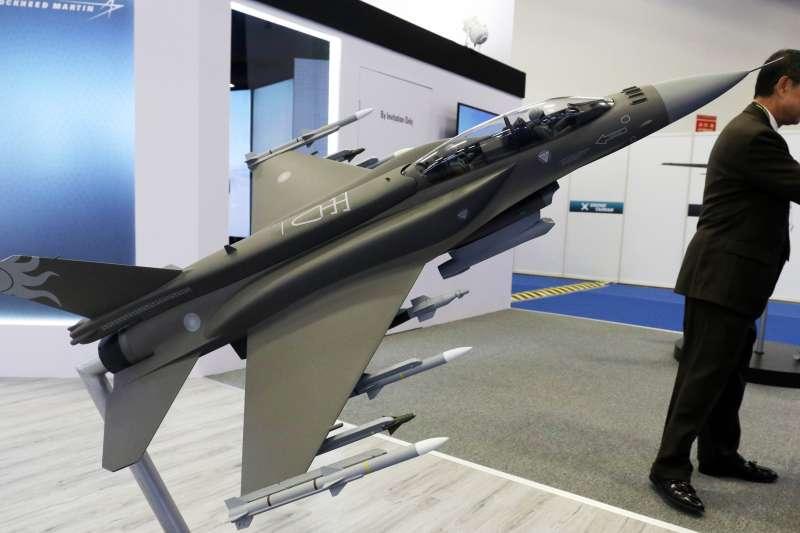 20190816-台北國際航太暨國防工業展15日展開,洛馬攤位前陳展F-16戰機模型。(蘇仲泓攝)