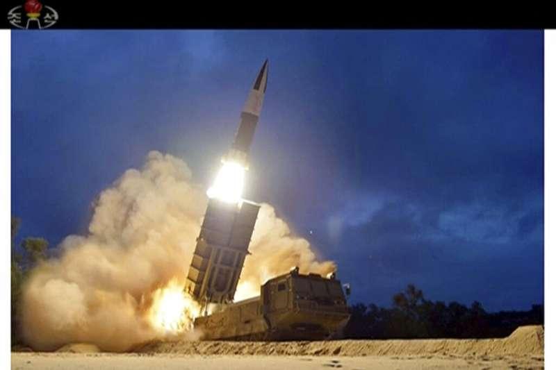 北韓官媒所釋出的新型戰術制導武器飛彈11日的發射畫面。(美聯社)