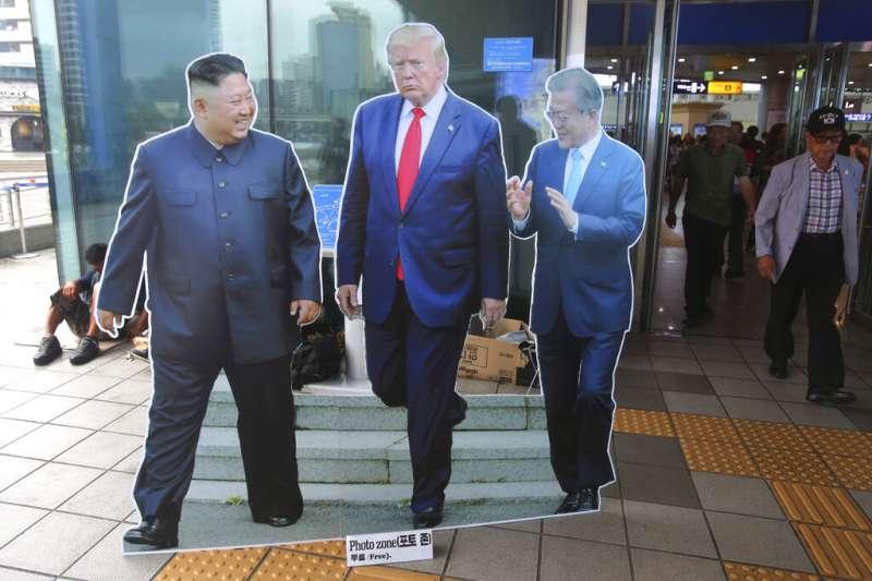 首爾街頭的金正恩、文在寅、川普人像立牌。這三人所打造的朝鮮半島和平局勢,如今看來已搖搖欲墜。(美聯社)