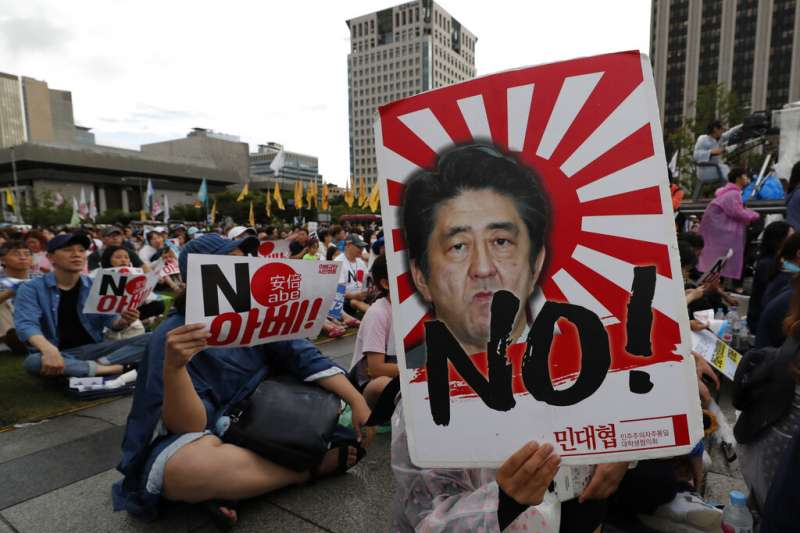 日韓的二戰歷史爭議引發貿易戰,首爾街頭出現規模盛大的反日示威,日相安倍晉三更是成了出氣筒。(美聯社)