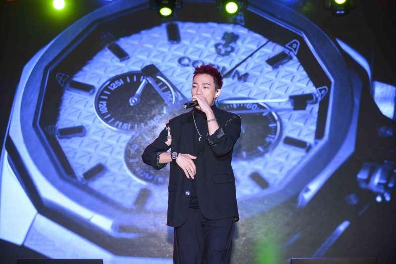 CORUM 崑崙錶發表會邀請金曲新人王ØZI以鮮明個人穿搭風格個性演繹海軍上將全新鏤空陀飛輪系列腕錶(圖/崑崙錶 提供)