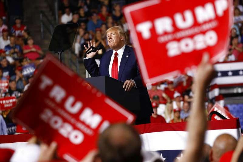川普15日在新罕布夏州參加造勢大會。(美聯社)