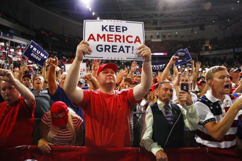 新罕布夏州造勢大會上的川普支持者、川粉。(美聯社)