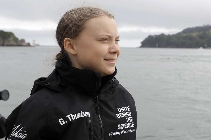 瑞典16歲少女通貝里14日從英國西南部普利茅斯出發,搭乘高速賽艇橫渡大西洋前往紐約參加氣候峰會(美聯社)