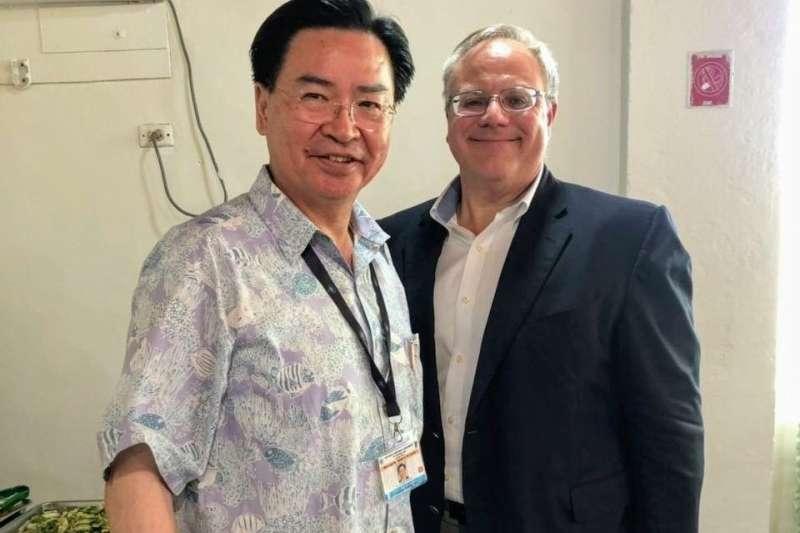 台灣外交部長吳釗燮赴太平洋島國論壇,與美國內政部長柏恩哈德(右)舉行場邊晤談(@MOFA_Taiwan/Twitter)