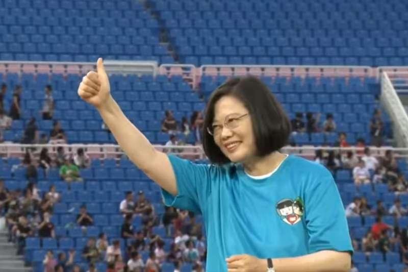 為慶祝九三軍人節,國防部規劃辦理3場開球活動,總統蔡英文16日親自出席主持開球。(取自蔡英文臉書)